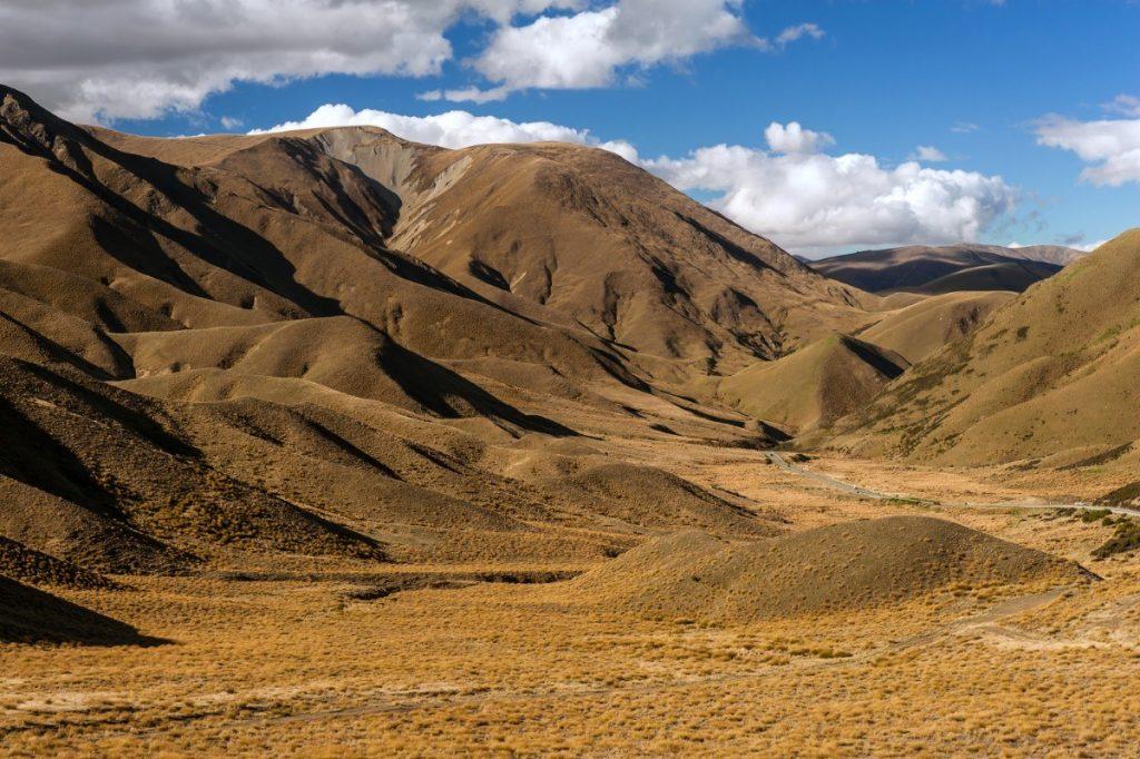 Horský průsmyk Lindis Pass protíná vyprahlé a pusté hory.