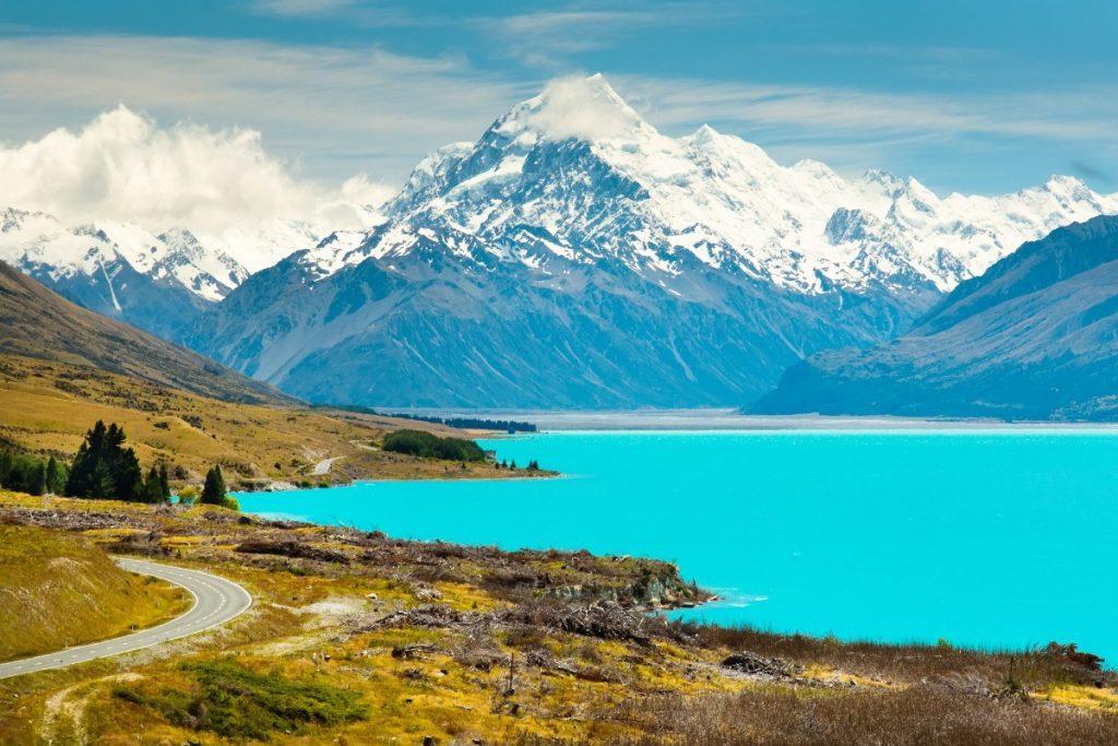 Jezero Pukaki s vrcholem Mount Cook v pozadí.