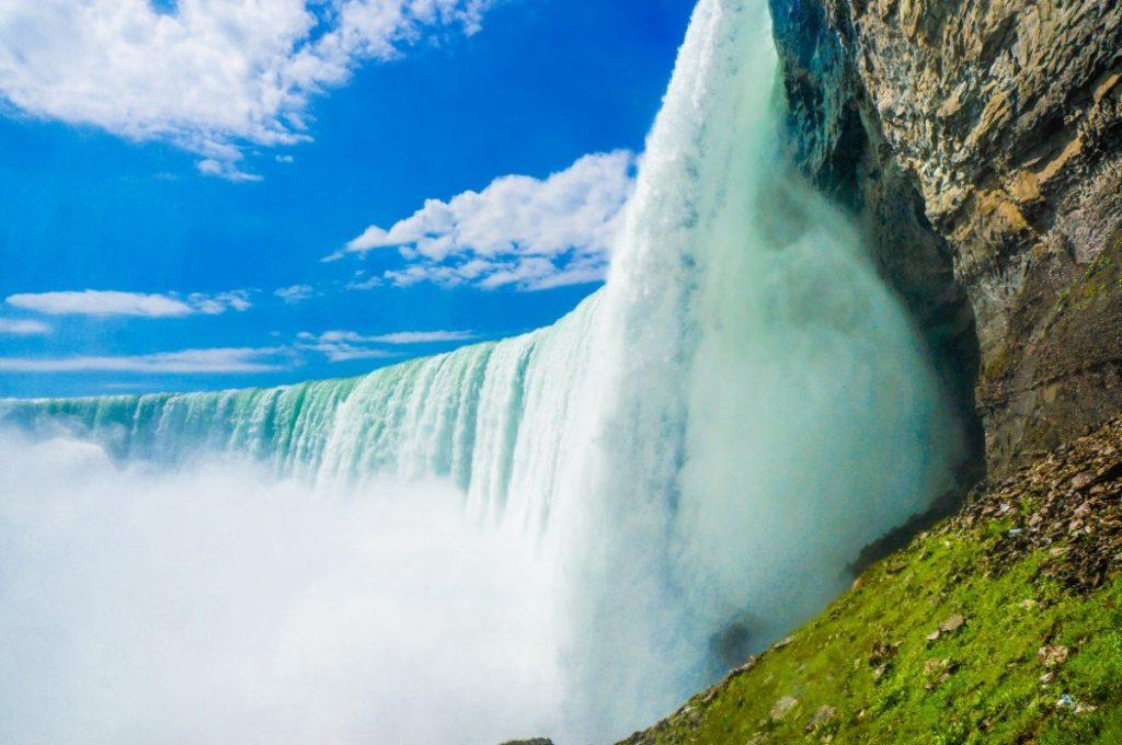 Masa vody padající z Niagarských vodopádů.
