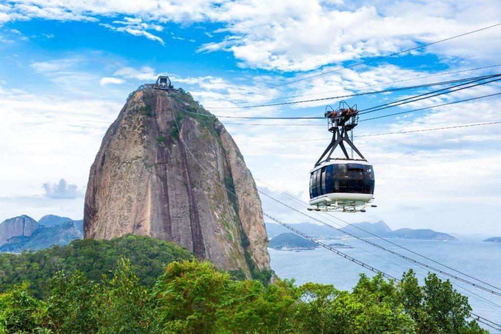 """Na jeden ze symbolů Rio de Janeira horu """"Pão de Açúcar"""" (Cukrová homole) se s námi dostanete pohodlně lanovkou."""