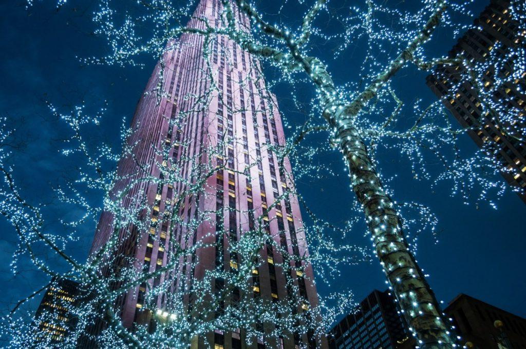 Světelné vánoční dekorace na Manhattanu.