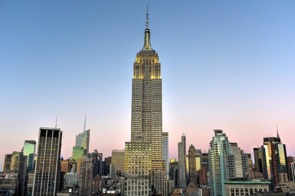 Newyorská Empire State Building byla postavena ve stylu art deco a má 102 pater.