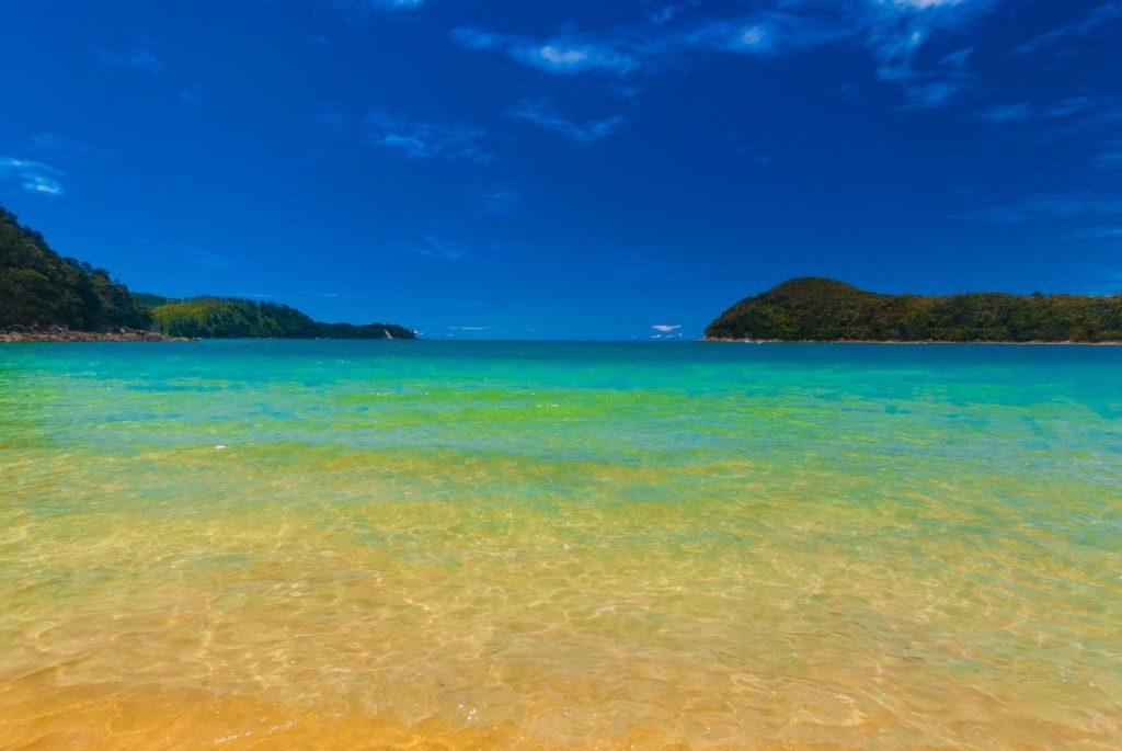 Břehy národního parku Abel Tasman omývá průzračně čistá voda.