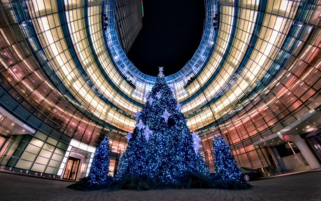 Budova Bloomberg Building se svým vánočním stromem.