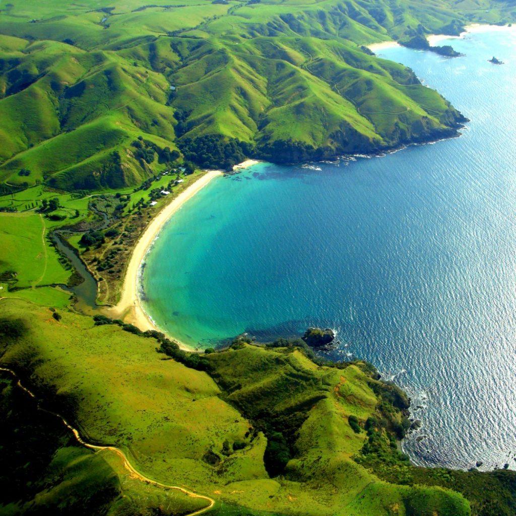 Letecký pohled na krajinu pobřeží Taupo Bay.