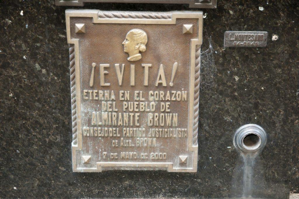 Pamětní deska na hřbitově Recoleta v Buenos Aires je vzpomínkou na zbožňovanou Evitu.