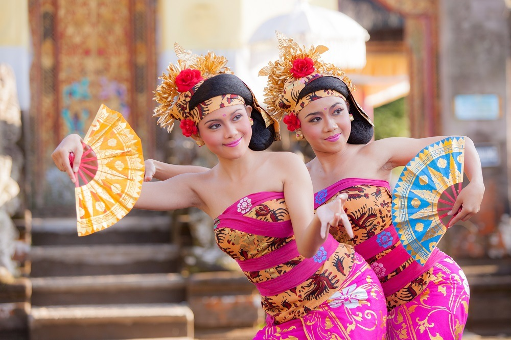 shutterstock_294977324 girl performing traditional Indonesian dance at Ubud