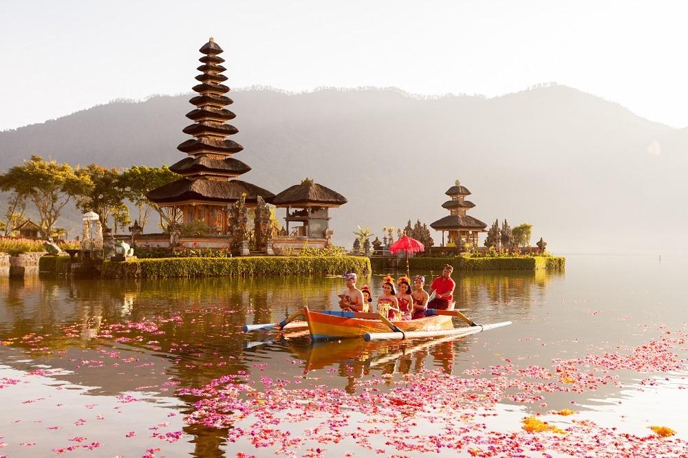 shutterstock_302143586 Beratan Lake in Bali Indonesia