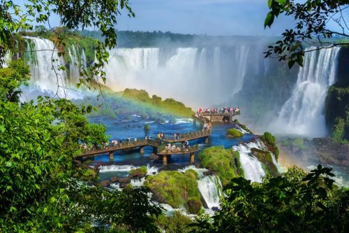 Iguaçu, tento největší systém vodopádů je tvořen 270ti vodopády a leží na hranici mezi Brazílií a Argentinou.