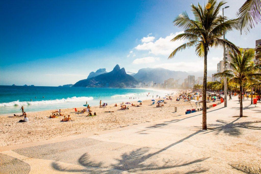 Krásná pláž Ipanema je druhou nejznámější v Riu a je významným kulturním centrem města.
