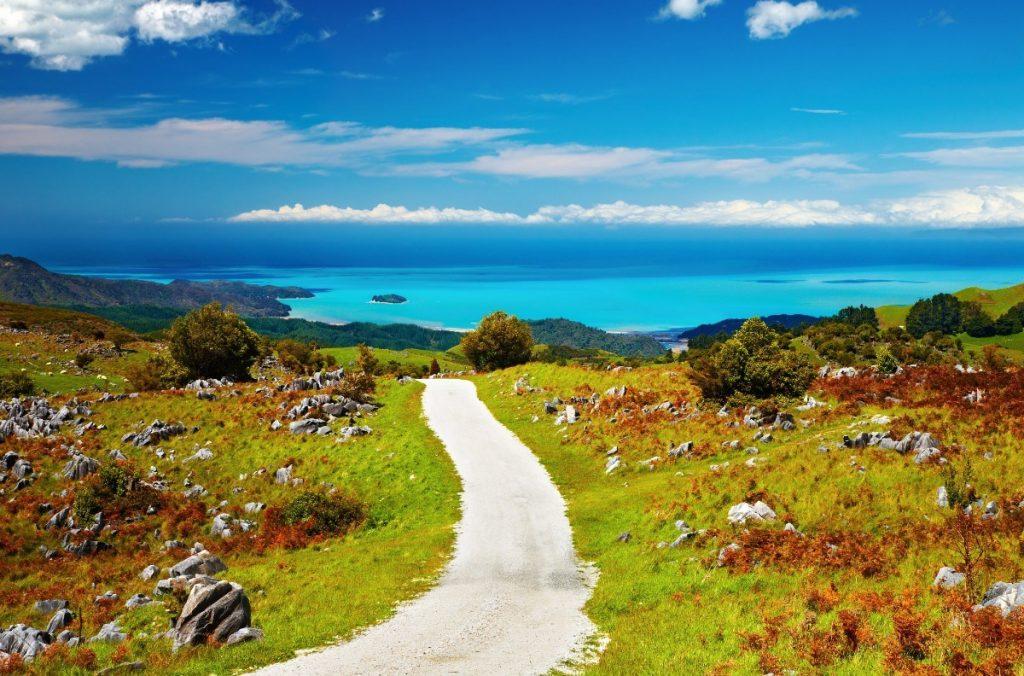 Cesta vedoucí podél pobřeží krásného národního parku Abel Tasman.