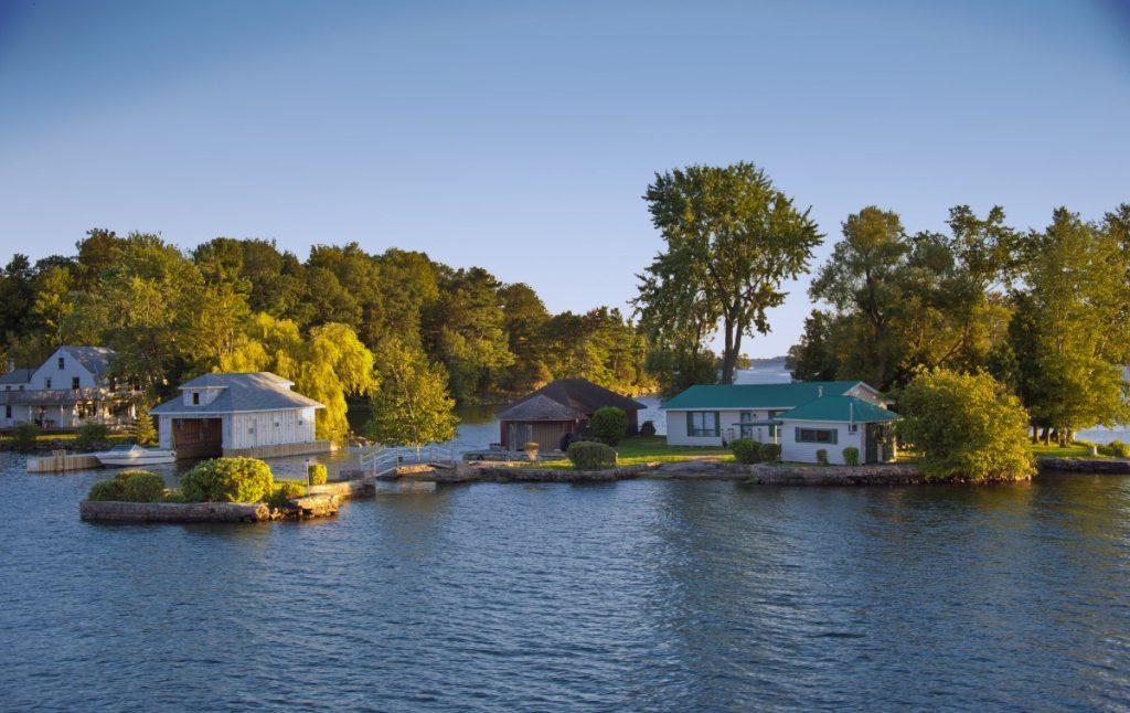 Velikost ostrovů v souostroví Tisíc ostrovů je rozmanitá, některé jsou i obydlené.