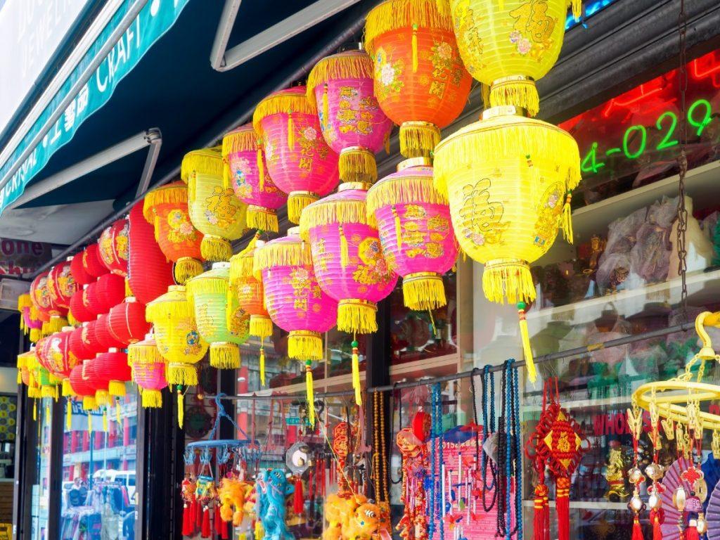Newyorská Čínská čtvrť září mnoha barevnými lampiony.