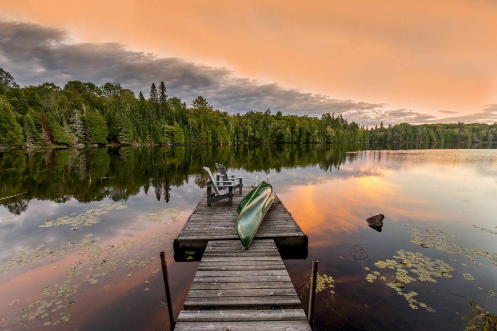 Turistická oblast Haliburton Highlands v provincii Ontario.