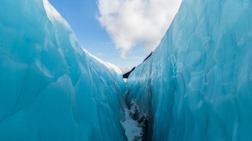 Pohled na ledovec Fox z jeho nitra.
