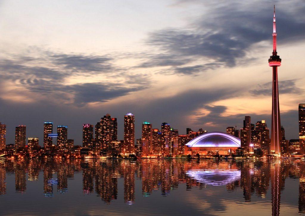 Večerní panorama kanadského Toronta.