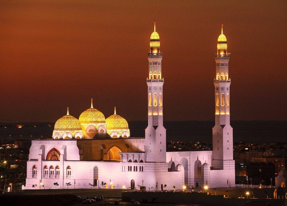 Noční pohled na nasvícenou mešitu v Maskatu, hlavním městě Ománu.
