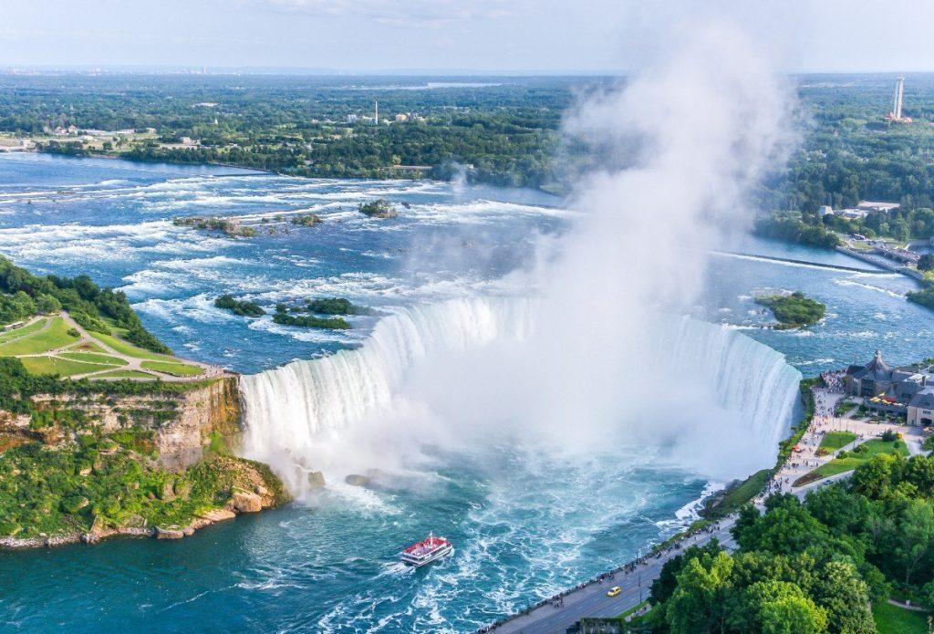 Niagarské vodopády jsou přírodním zázrakem na hranicích USA a Kanady.