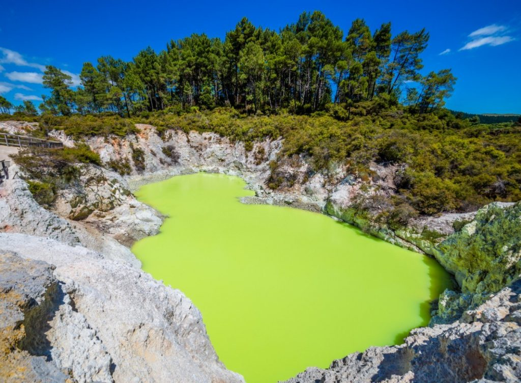 V geotermálním parku Wai-O-Tapu najdete jezírka opravdu rozličných barev.