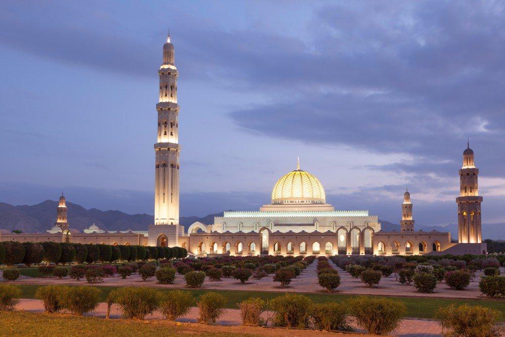 Nádherně nasvícená Mešita sultána Kábúse v hlavním městě Ománu, Maskatu.