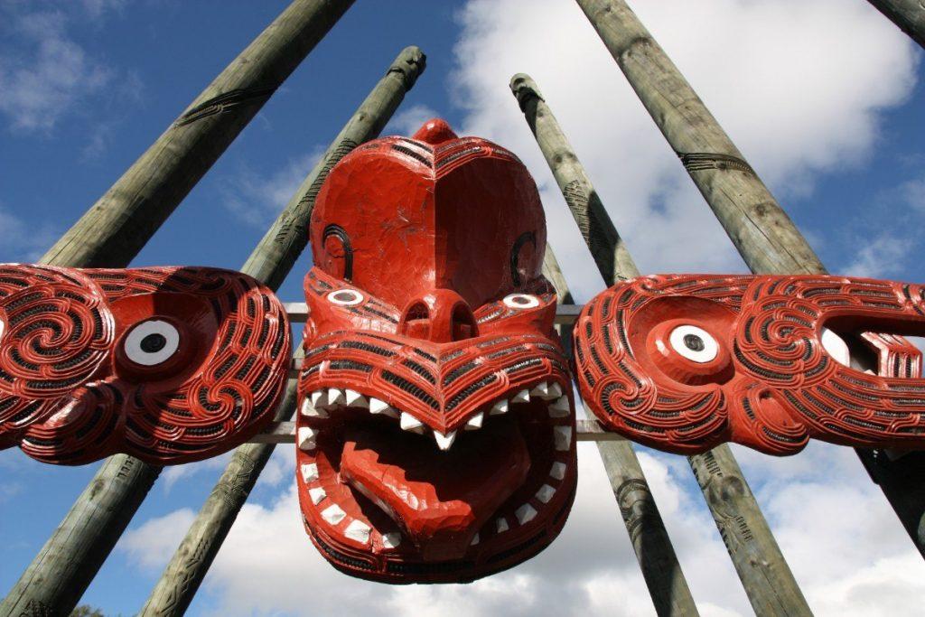 Tradiční maorské vyřezávané sochy můžete potkat na celém Zélandu.