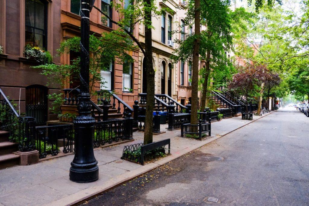 Jedna z typických ulic čtvrti Greenwich Village v New Yorku.