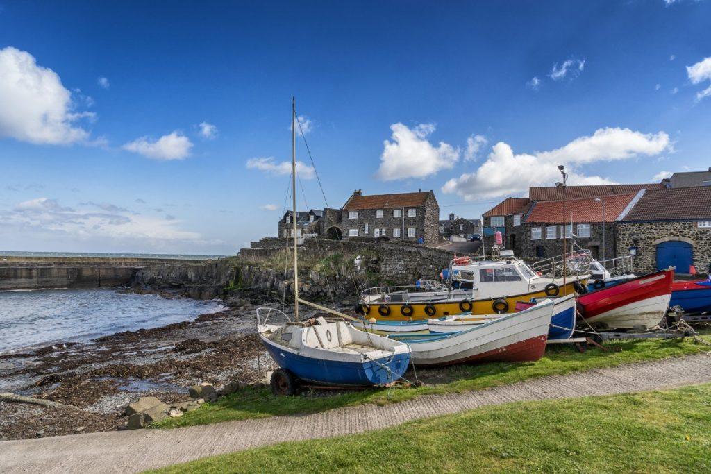 Rybářské vesničky na pobřeží mají kouzelnou atmosféru.