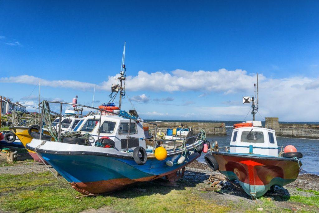Rybářské lodě v přístavu Craster.