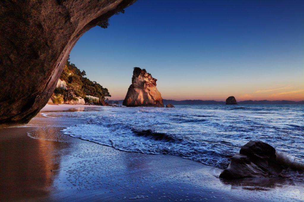 Pláž Cathedral na poloostrově Coromandel je považována za jednu z nejkrásnějších na Novém Zélandu.