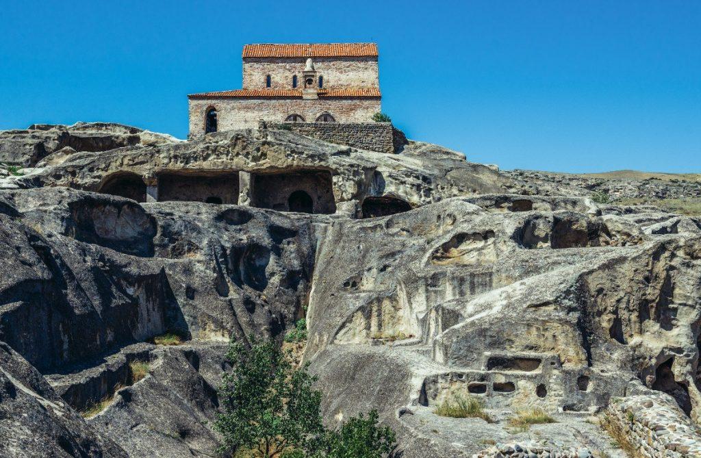 Křesťanská bazilika ve starobylém skalnatém městě Uplistsikhe