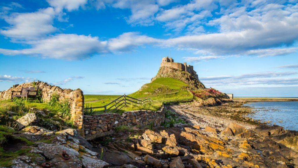 Hrad Lindisfarne se nachází na malém ostrůvku Holy Island.