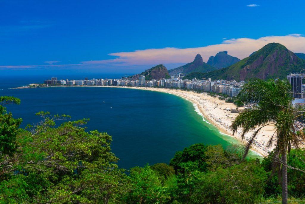 Nejznámější pláž Rio de Janeira - Copacabana.