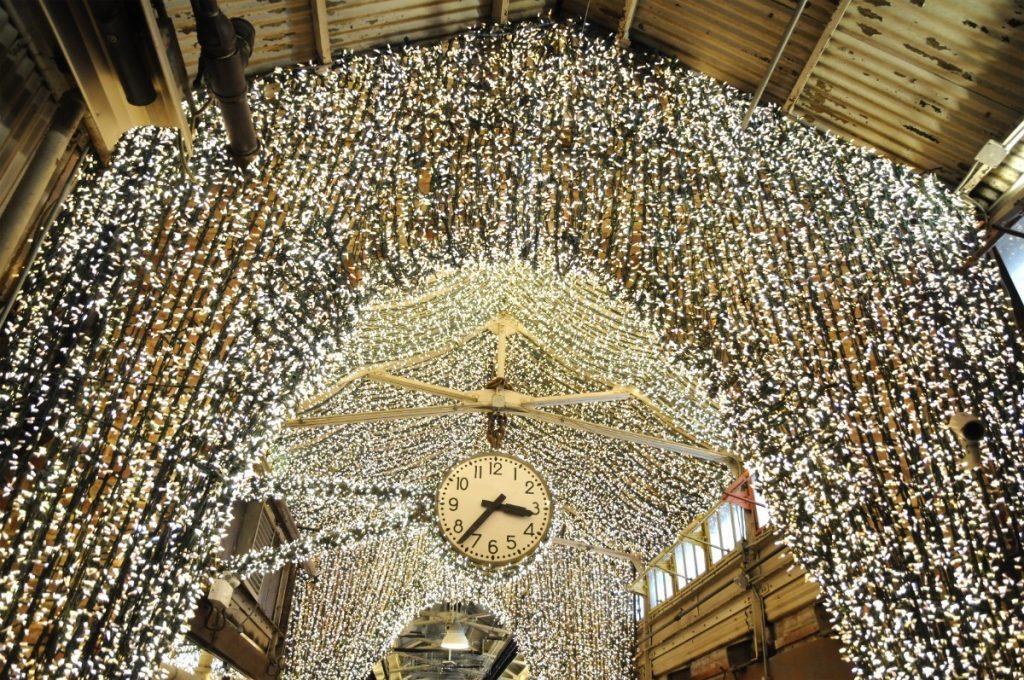 Tisíce světélek zdobí také newyorský Chelsea Market.