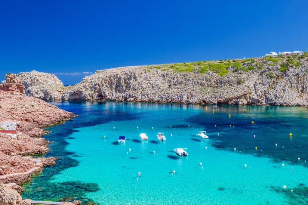 Pobřeží Menorcy je lemováno mnoha kouzelnými zátokami, které kopíruje historická Koňská stezka. Pro turistiku jako stvořené.