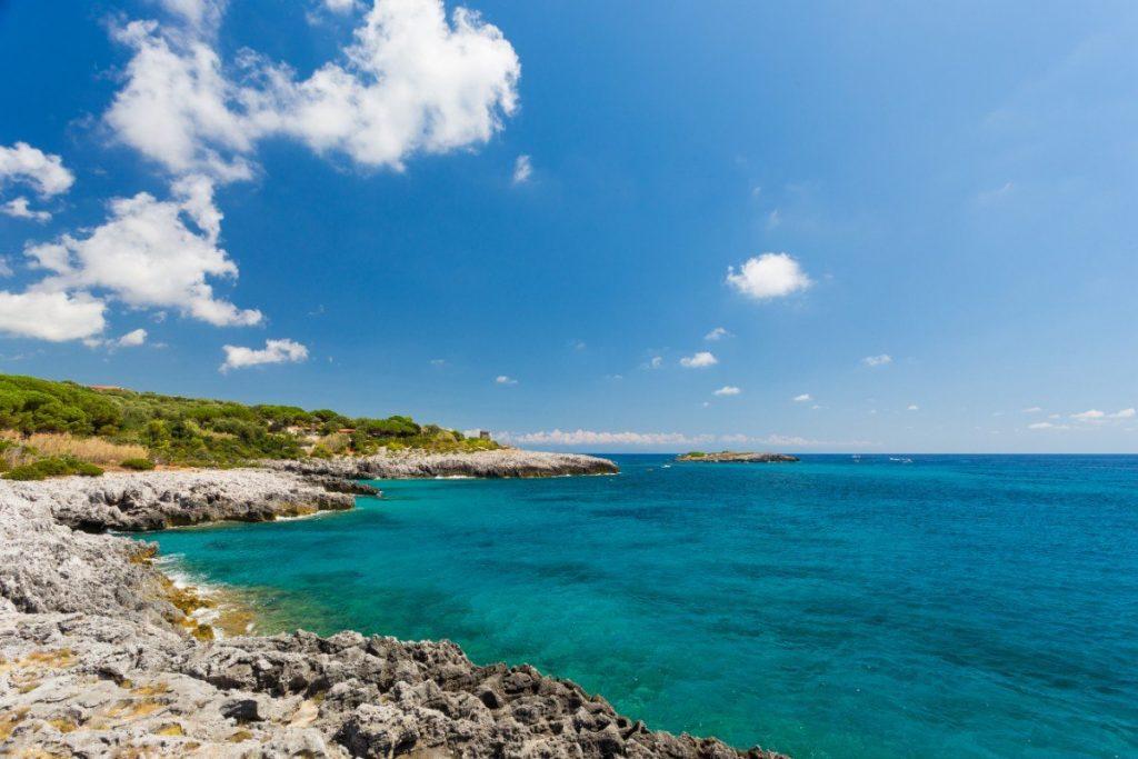 Azurově modré moře u městečka Marina di Camerota.