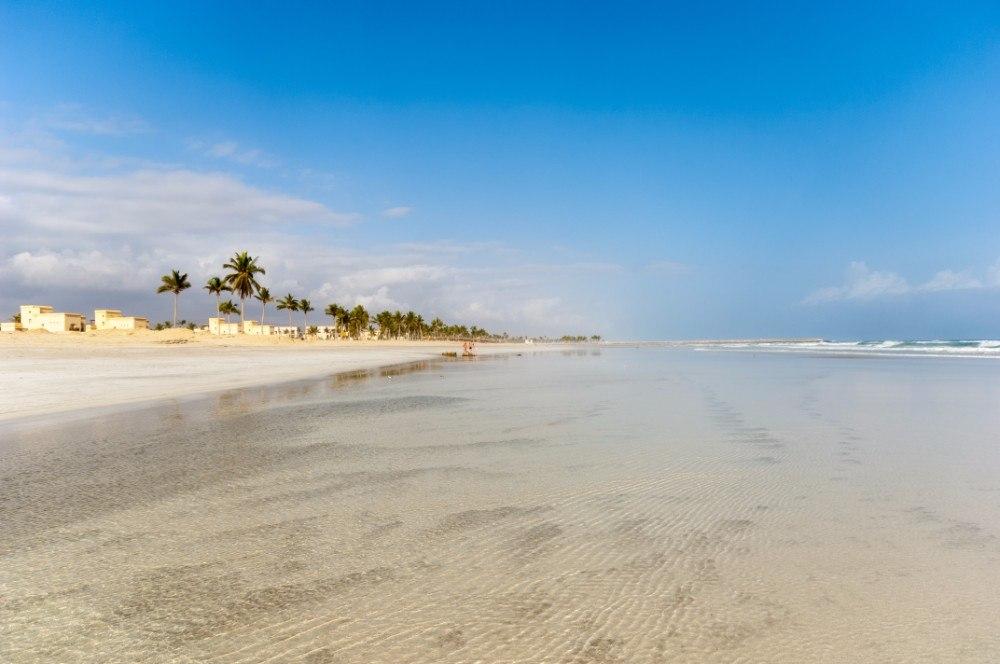 Ománské město Salalah lemují nekonečně dlouhé písečné pláže.