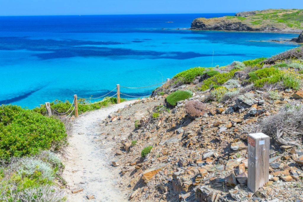 Historická Koňská stezka Camí de Cavalls se vine podél pobřeží Menorcy, ale zavede vás i do nitra ostrova.