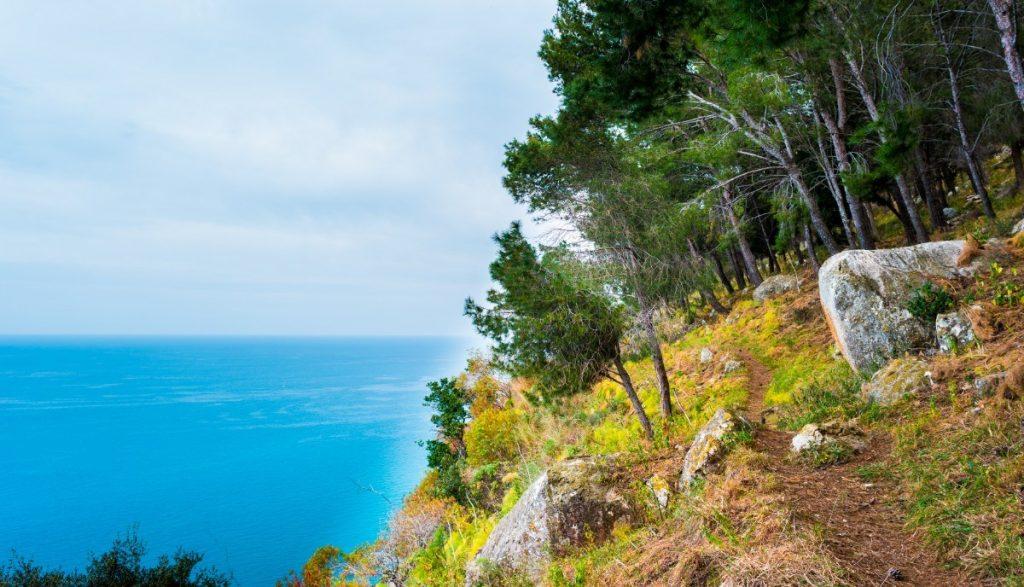 Typická kalábrijská příroda hraje mnoha barvami.