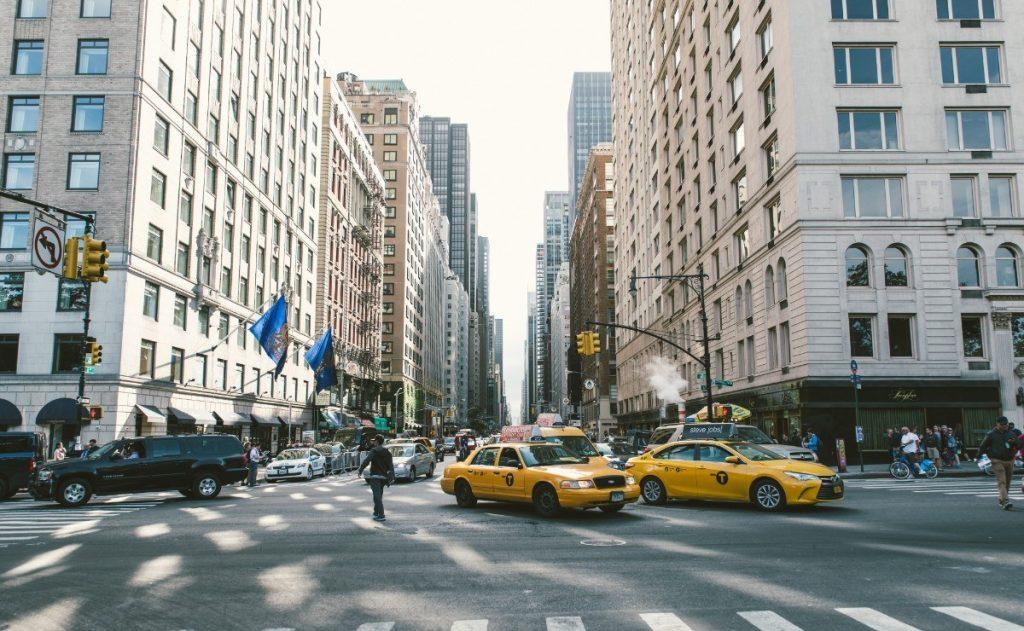Ikonické žluté taxíky k New Yorku neodmyslitelně patří.