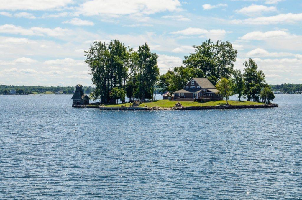 Obyvatelé Tisíce ostrovů se do svých domovů mohou dostat pouze lodí.