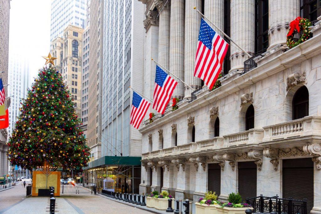 Vánoční výzdoba na Wall Street.
