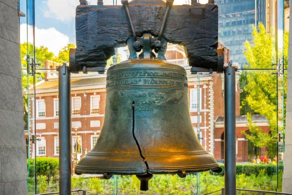 Zvonem svobody se může pochlubit Independence Hall ve Philadelphii.