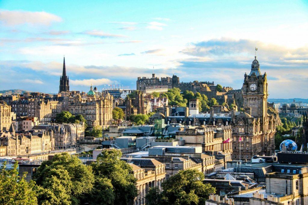 Panorama středověkého Edinburghu.