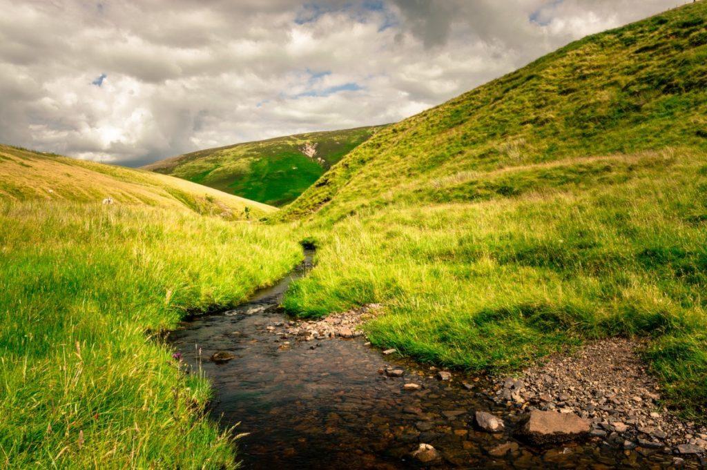 Anglická krajina je proslulá pronikavě zelenými kopci.