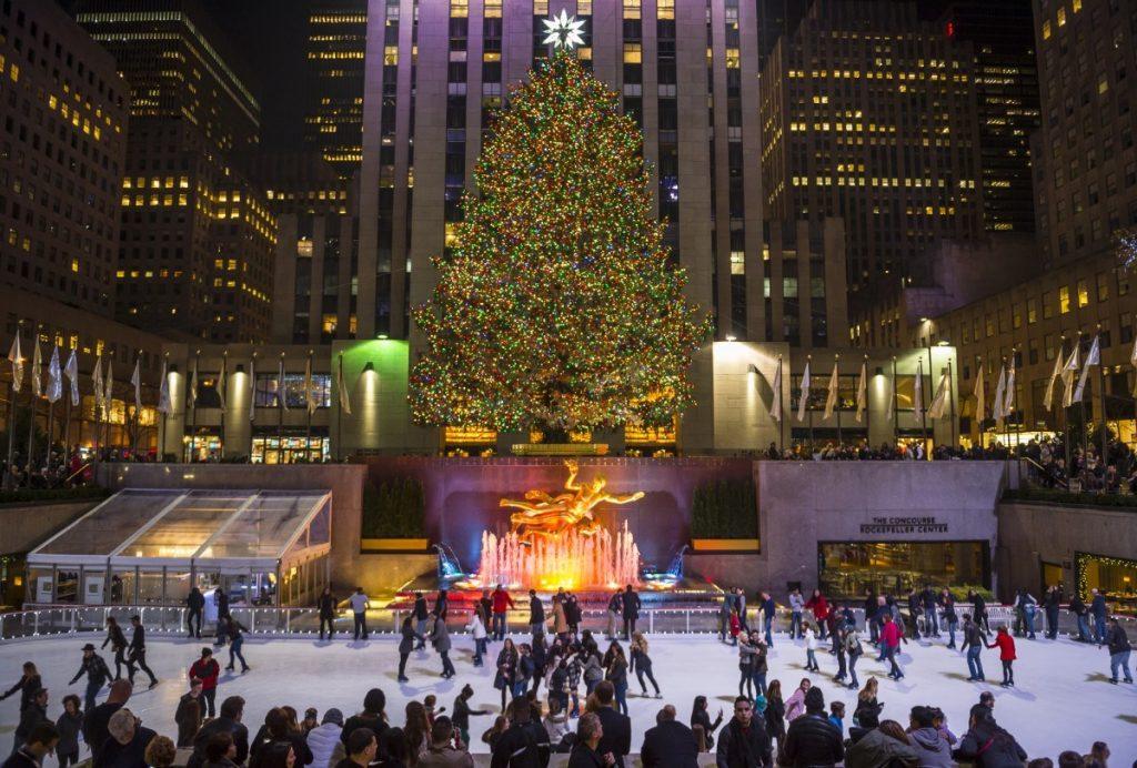 Rockefellerovu centru o vánočních svátcích dominuje nejen vánoční strom, ale také vyhlášené kluziště.