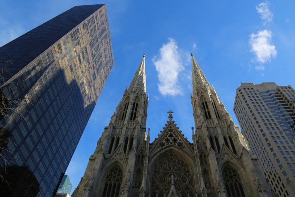 St. Patrick's Cathedral pod prosincovou newyorskou oblohou.