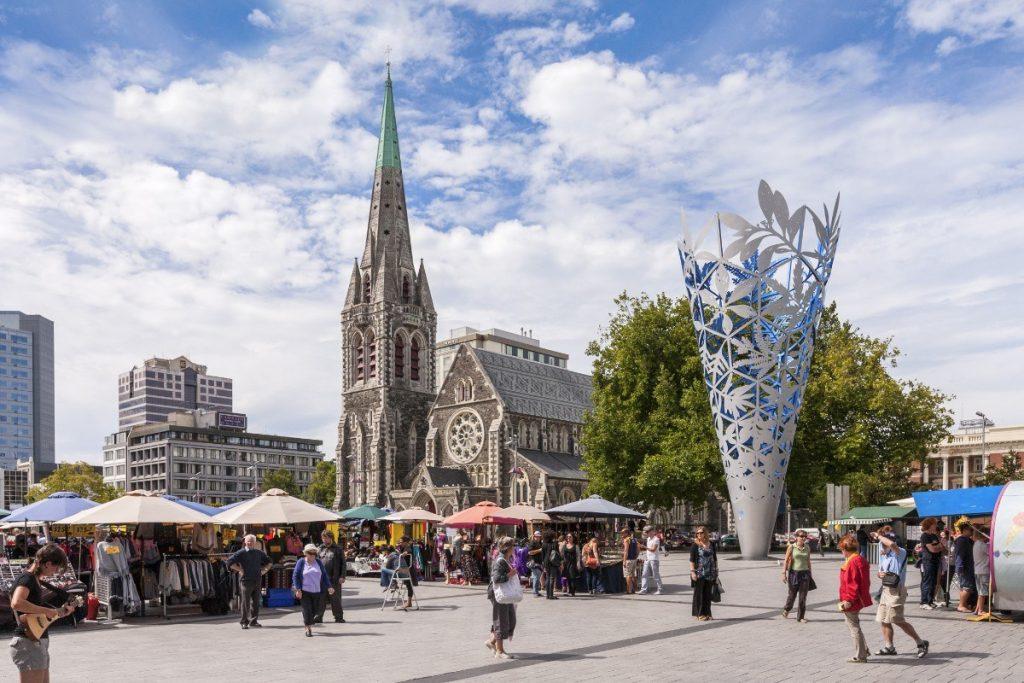 Náměstí s katedrálou v novozélandském městě Christchurch.