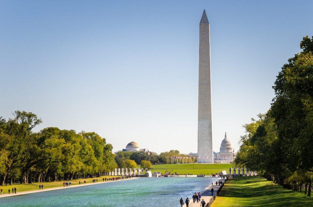 Mohutný bílý obelisk v hlavním městě USA je znám jako Washingtonův monument.
