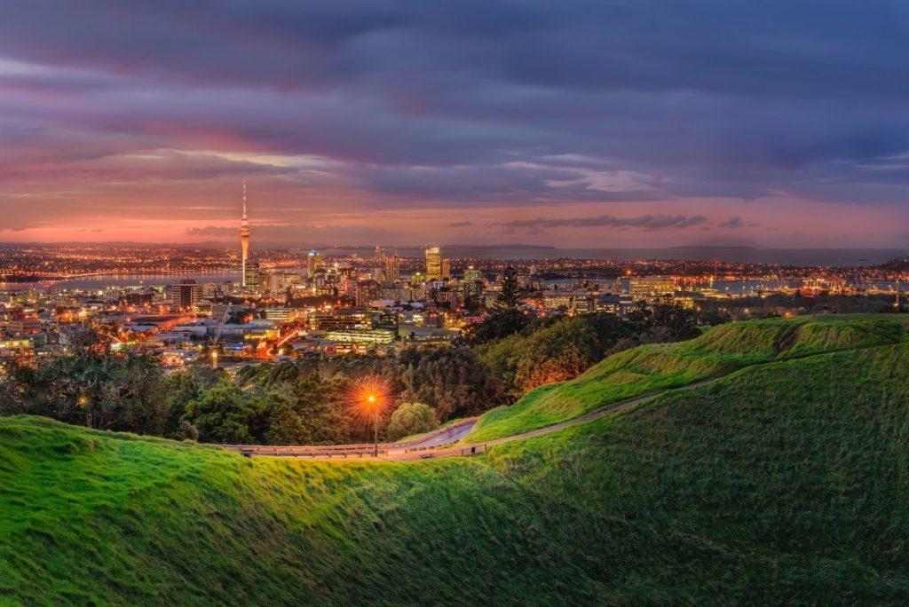 Pohled na večerní Auckland z hory Mount Eden.
