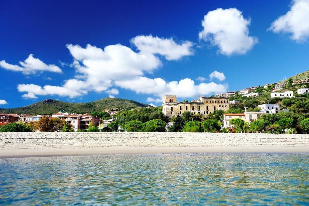 Městečko Marina di Camerota leží na břehu Tyrhénského moře.